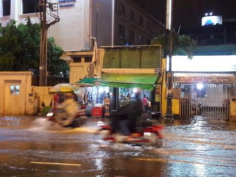 TP.HCM: Mưa lớn kéo dài, kẹt xe khắp nơi không thấy đường về - ảnh 9
