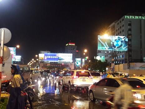 TP.HCM: Mưa lớn kéo dài, kẹt xe khắp nơi không thấy đường về - ảnh 5