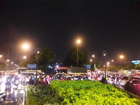 TP.HCM: Mưa lớn kéo dài, kẹt xe khắp nơi không thấy đường về - ảnh 1
