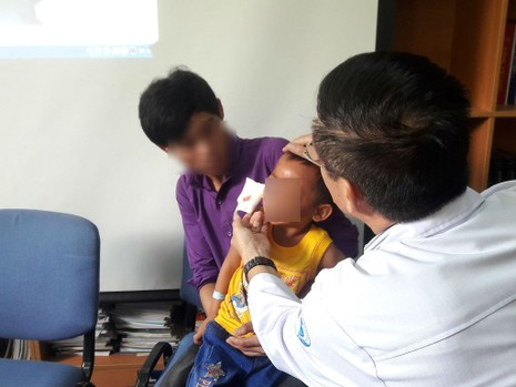 Cứu sống bé 3 tuổi bị súng bắn vào mắt - ảnh 2