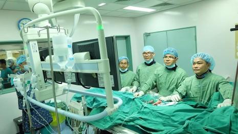 Nhờ có sự giúp đỡ từ các bác sĩ mà ông L. đã được cứu sống.