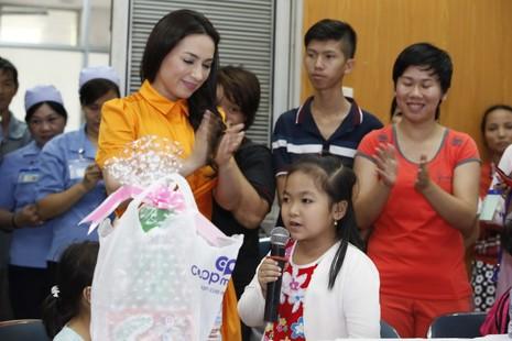 Cách làm từ thiện của ngôi sao trong phim 'Cô dâu 8 tuổi' - ảnh 6