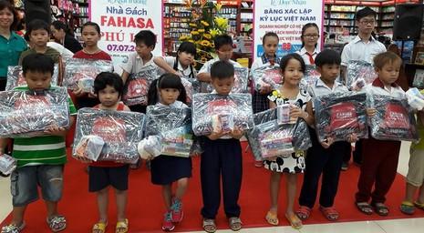 Mỗi năm Fahasa nhập khẩu hơn 10 triệu USD sách báo - ảnh 4