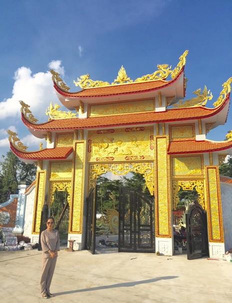 Thúy Nga để lộ hình ảnh đền thờ tổ của Hoài Linh - ảnh 1