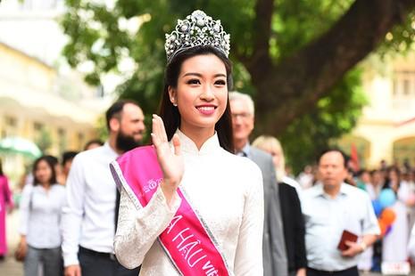 Hoa hậu Đỗ Mỹ Linh về khai giảng ở trường cũ   - ảnh 2