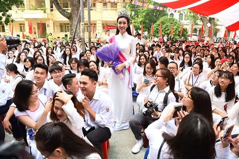 Hoa hậu Đỗ Mỹ Linh về khai giảng ở trường cũ   - ảnh 4