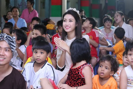 Tân hoa hậu, á hậu đàn hát vui Trung thu với trẻ bất hạnh     - ảnh 23