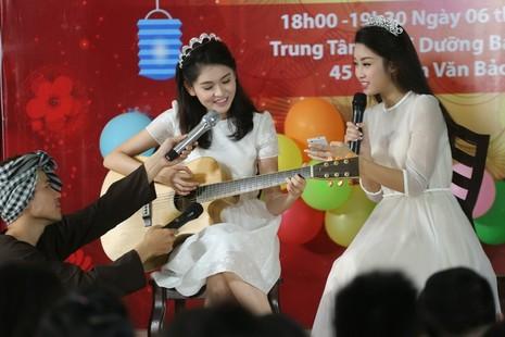 Tân hoa hậu, á hậu đàn hát vui Trung thu với trẻ bất hạnh     - ảnh 24
