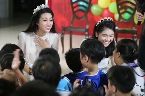 Tân hoa hậu, á hậu đàn hát vui Trung thu với trẻ bất hạnh     - ảnh 15