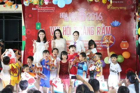 Tân hoa hậu, á hậu đàn hát vui Trung thu với trẻ bất hạnh     - ảnh 10