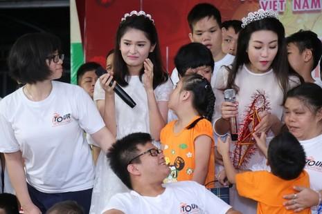 Tân hoa hậu, á hậu đàn hát vui Trung thu với trẻ bất hạnh     - ảnh 19