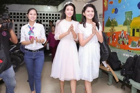 Tân hoa hậu, á hậu đàn hát vui Trung thu với trẻ bất hạnh     - ảnh 9