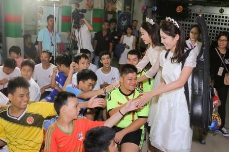 Tân hoa hậu, á hậu đàn hát vui Trung thu với trẻ bất hạnh     - ảnh 8