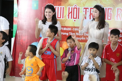 Tân hoa hậu, á hậu đàn hát vui Trung thu với trẻ bất hạnh     - ảnh 3