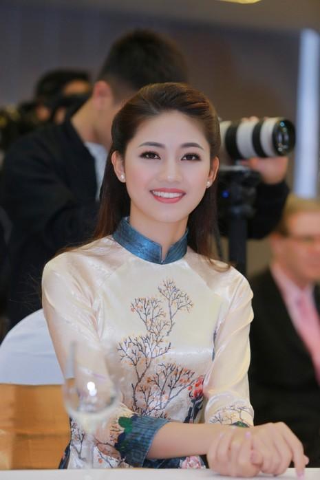 Mỹ Linh, Thanh Tú diện áo dài của hoa hậu Ngọc Hân - ảnh 2