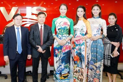 Mỹ Linh, Thanh Tú diện áo dài của hoa hậu Ngọc Hân - ảnh 9