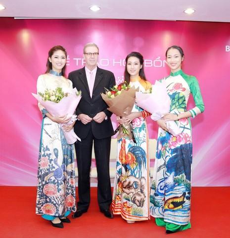Mỹ Linh, Thanh Tú diện áo dài của hoa hậu Ngọc Hân - ảnh 11