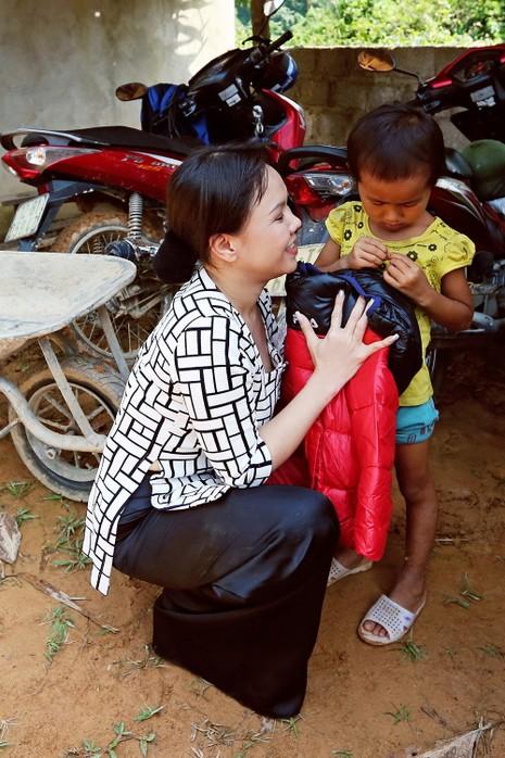 Việt Hương dẫn con gái vượt rừng núi đi từ thiện   - ảnh 7