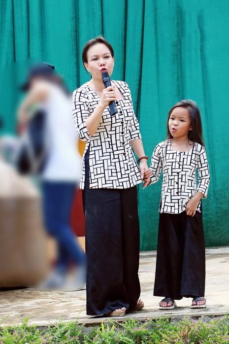 Việt Hương dẫn con gái vượt rừng núi đi từ thiện   - ảnh 4