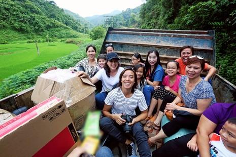 Việt Hương dẫn con gái vượt rừng núi đi từ thiện   - ảnh 1