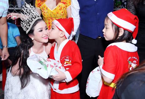 Hoa hậu Janny Thủy Trần tặng quà cho trẻ em Đồng Nai - ảnh 1