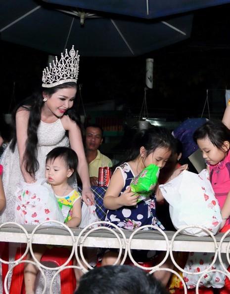 Hoa hậu Janny Thủy Trần tặng quà cho trẻ em Đồng Nai - ảnh 4