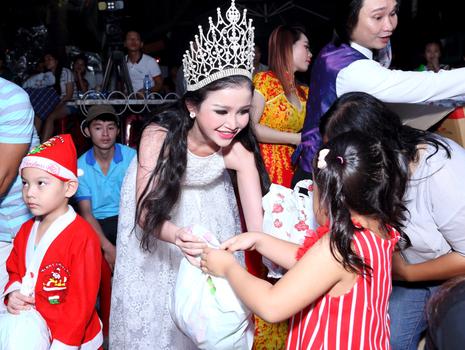 Hoa hậu Janny Thủy Trần tặng quà cho trẻ em Đồng Nai - ảnh 5