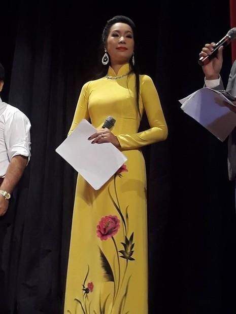Kỳ nữ Kim Cương trao quà tết cho nghệ sĩ - ảnh 10