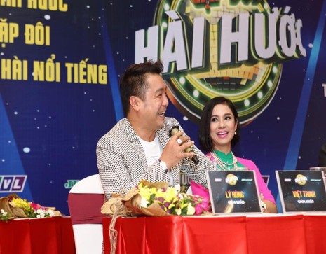 Bộ đôi giám khảo tài tử điện ảnh Lý Hùng - Việt Trinh.