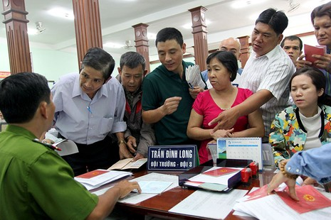 TP.HCM: Người dân bỏ việc đi đổi lại CMND 12 số - ảnh 6
