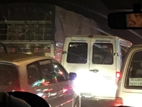 21 giờ mùng 6 Tết, dòng xe vẫn ngồn ngộn trên cầu Mỹ Thuận  - ảnh 2