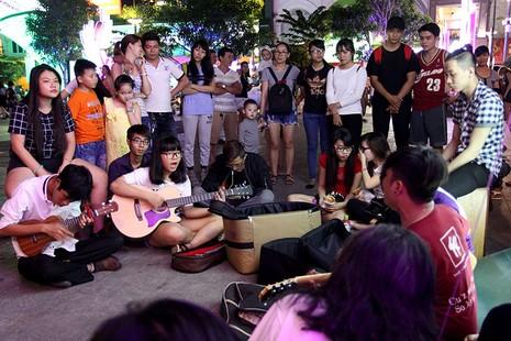 Nhóm nhạc đường phố làm nóng đường Nguyễn Huệ sau tết - ảnh 2