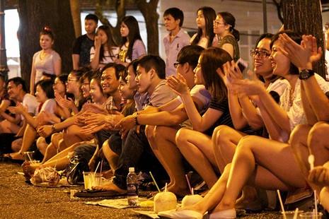 Nhóm nhạc đường phố làm nóng đường Nguyễn Huệ sau tết - ảnh 10