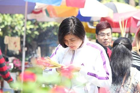 Ngắm những bóng hồng đội nắng lên chùa cúng rằm tháng Giêng - ảnh 12