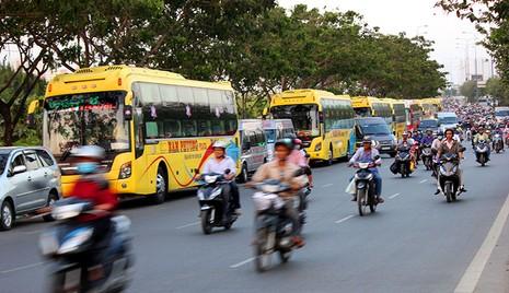 Bị cấm trong trung tâm, xe khách dạt ra vùng ven đón khách - ảnh 1