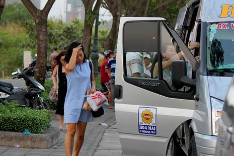 Bị cấm trong trung tâm, xe khách dạt ra vùng ven đón khách - ảnh 2