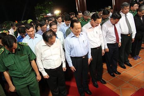 Ông Lê Thanh Hải cùng lãnh đạo TP.HCM dâng hương các liệt sĩ thanh niên xung phong - ảnh 1