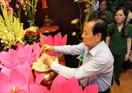 Ông Lê Thanh Hải cùng lãnh đạo TP.HCM dâng hương các liệt sĩ thanh niên xung phong - ảnh 2