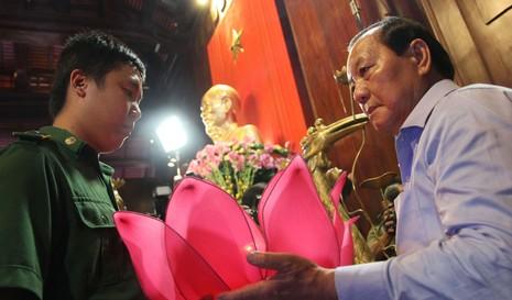 Ông Lê Thanh Hải cùng lãnh đạo TP.HCM dâng hương các liệt sĩ thanh niên xung phong - ảnh 3