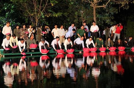 Ông Lê Thanh Hải cùng lãnh đạo TP.HCM dâng hương các liệt sĩ thanh niên xung phong - ảnh 7