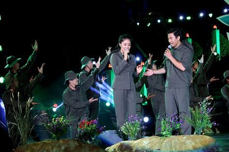Nguyên Bí thư Thành ủy Lê Thanh Hải cùng hát với thanh niên xung phong - ảnh 9