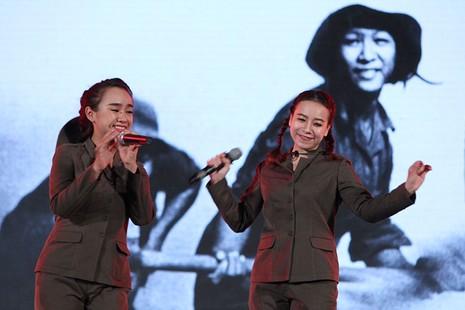 Nguyên Bí thư Thành ủy Lê Thanh Hải cùng hát với thanh niên xung phong - ảnh 11