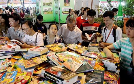 Độc giả chen nhau tham dự Hội sách TP.HCM 2016 - ảnh 13