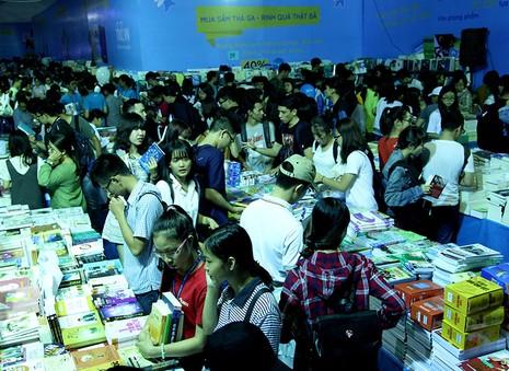 Độc giả chen nhau tham dự Hội sách TP.HCM 2016 - ảnh 1