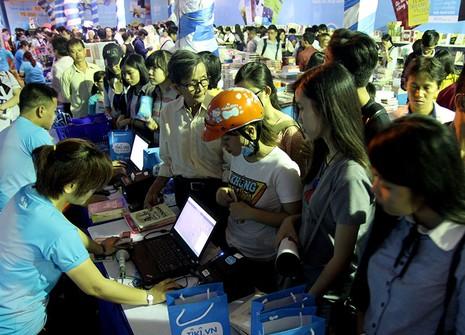 Độc giả chen nhau tham dự Hội sách TP.HCM 2016 - ảnh 9