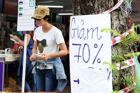Trước giờ bế mạc hội sách, nhiều gian hàng giảm giá 50%-70% - ảnh 9