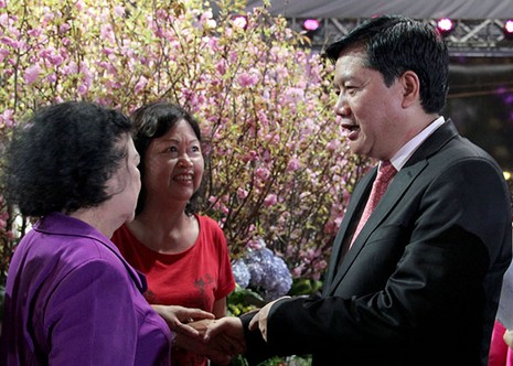 Bí thư Đinh La Thăng chụp ảnh với dân bên hoa anh đào - ảnh 5