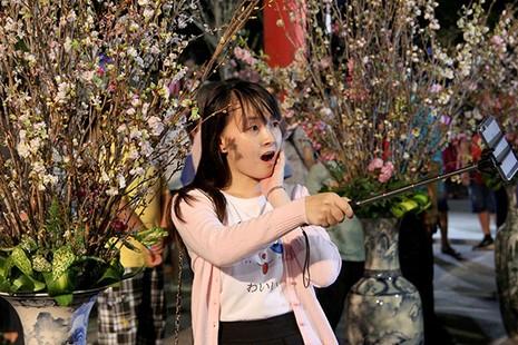 Bí thư Đinh La Thăng chụp ảnh với dân bên hoa anh đào - ảnh 12