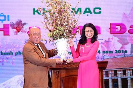 Bí thư Đinh La Thăng chụp ảnh với dân bên hoa anh đào - ảnh 3
