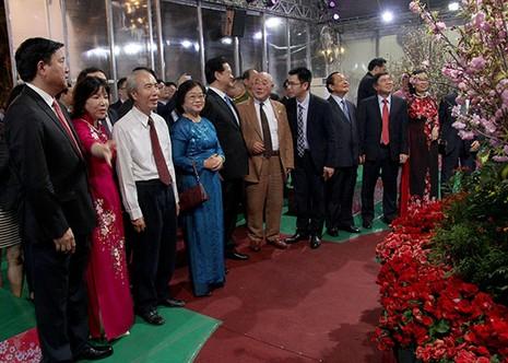 Bí thư Đinh La Thăng chụp ảnh với dân bên hoa anh đào - ảnh 1